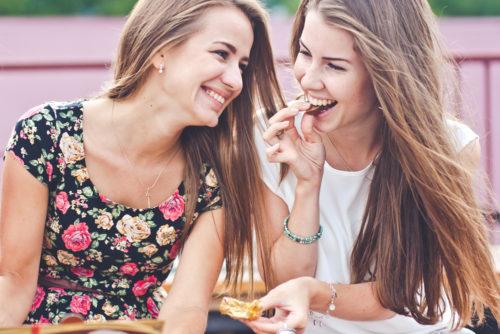 お菓子をほおばる女性たちの画像